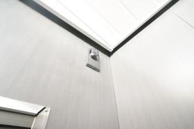 エレベーター内にも防犯カメラ