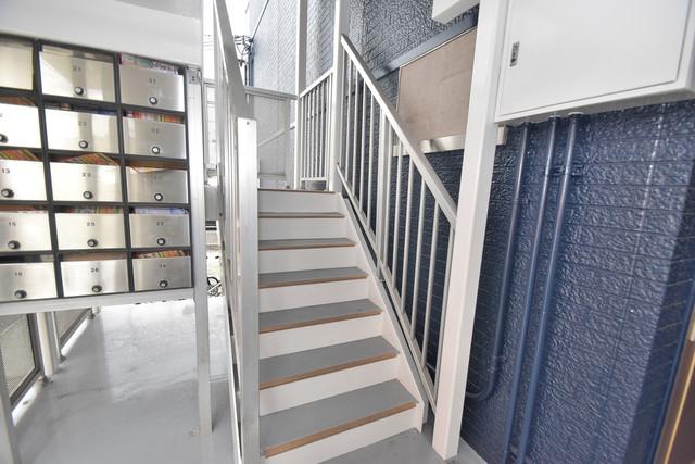 シティーコア高井田Ⅱ 2階に伸びていく階段。この建物にはなくてはならないものです。