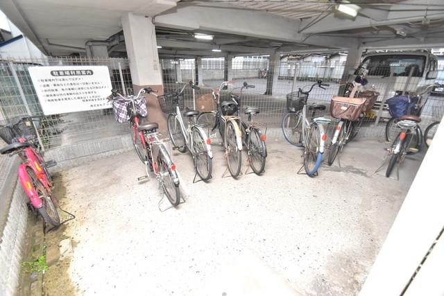 アライマンション 屋根付きの駐輪場は大切な自転車を雨から守ってくれます。