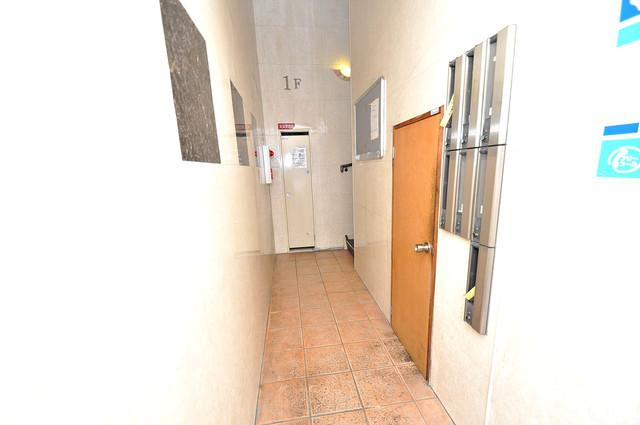 KHビル 玄関まで伸びる廊下がきれいに片づけられています。