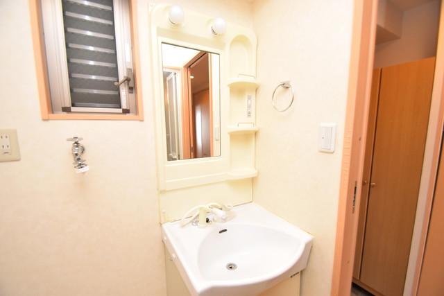 セレブ西上小阪 独立した洗面所には洗濯機置場もあり、脱衣場も広めです。