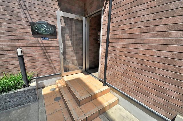コンフォート・R 玄関前の共有部分。周辺はいつもキレイに片付けられています。