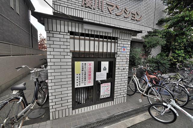 湊川マンション 朝が弱い方でも安心夜でも出せる嬉しい敷地内ゴミ置き場。