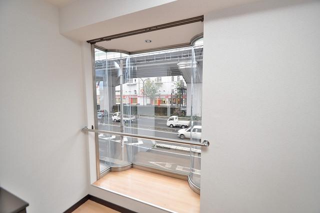 グローリア高井田 賃貸には珍しい、オシャレな出窓があります。