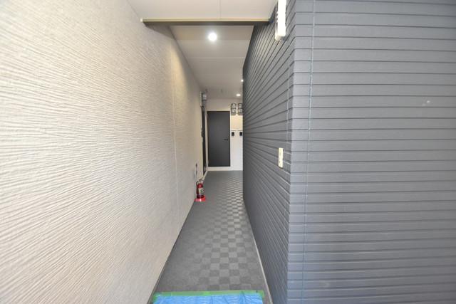 ラージヒル長瀬WEST 玄関まで伸びる廊下がきれいに片づけられています。