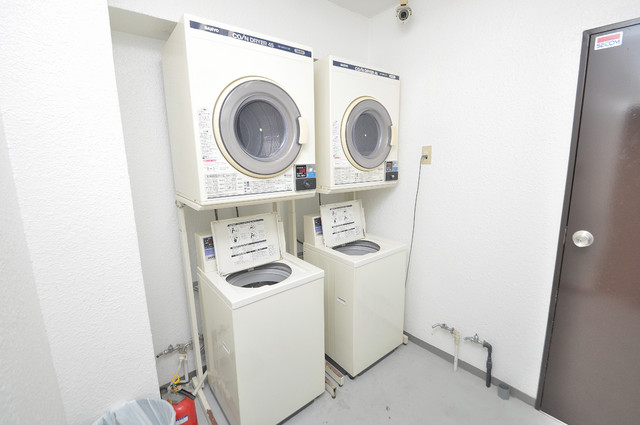 建物内のコインランドリー。洗濯機を買わなくて済みますよ。