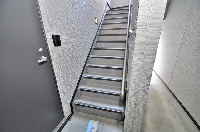プログレス長瀬 2階に伸びていく階段。この建物にはなくてはならないものです。