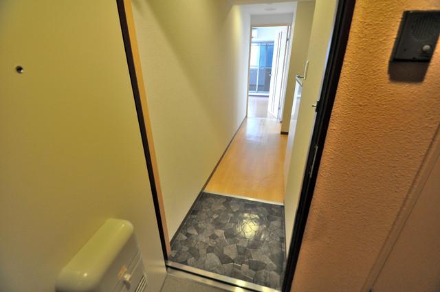 M'プラザ布施弐番館 ズドーンと伸びる廊下ですっきりしています。