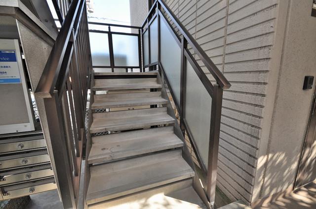 ジャルディーノ壱番館 2階に伸びていく階段。この建物にはなくてはならないものです。
