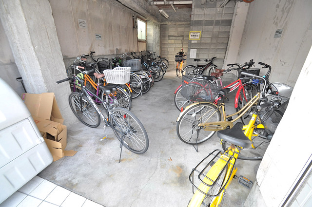 クリオコート新今里リバーサイド 屋内にある駐輪場は大切な自転車を雨から守ってくれます。