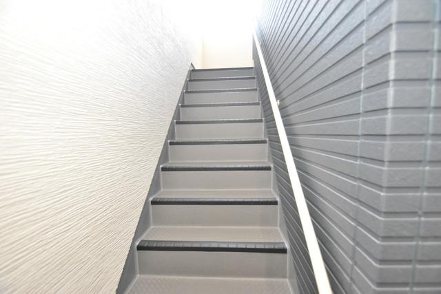 ラージヒル長瀬EAST 2階に伸びていく階段。この建物にはなくてはならないものです。