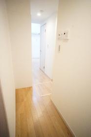 https://image.rentersnet.jp/fd5e262d-5a19-45f6-bc7e-33eab8bb6b78_property_picture_2987_large.jpg_cap_玄関から見た室内