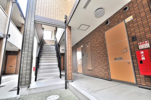 アルベージュ八戸ノ里Ⅰ番館 玄関まで伸びる廊下がきれいに片づけられています。