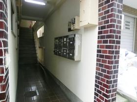 1階部分に共用ポストあります