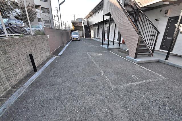 エステートピアナカタC棟 敷地内にある駐車場。愛車が目の届く所に置けると安心ですよね。