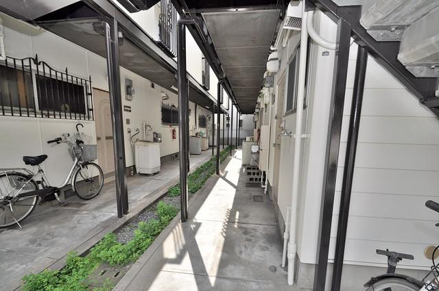 ミツワハイツⅠ 玄関まで伸びる廊下がきれいに片づけられています。