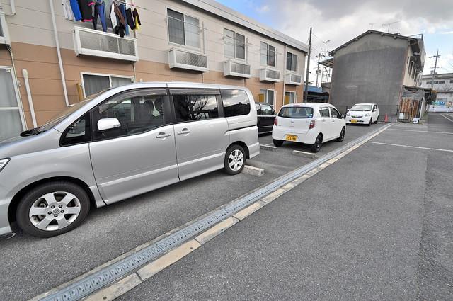 レオパレススズラン 敷地内にある駐車場。愛車が目の届く所に置けると安心ですよね。