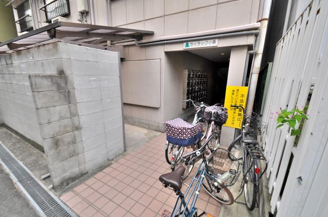 ライラック小阪 エントランス近辺はきれいに清掃されています。
