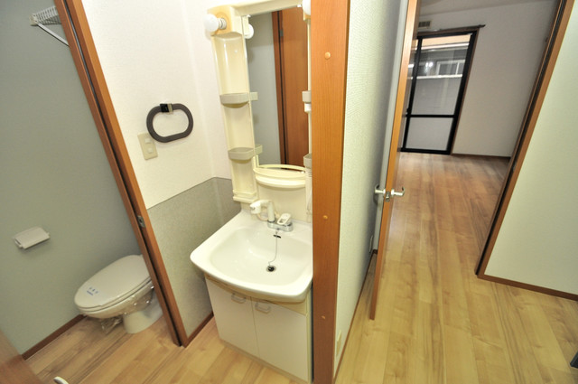 アット・トーク 人気の独立洗面所はゆったりと余裕のある広さです。