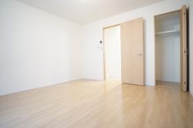 https://image.rentersnet.jp/ffde1e7d-6b89-4da4-a95b-29c92b27ab9b_property_picture_1800_large.jpg_cap_広々8.6帖の洋室